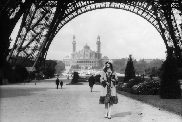 a-woman-strolls-past-the-trocadero-and-eiffel-tower-in-1920s-paris-h-armstrong-roberts-classicstock-getty-images